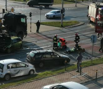 Wypadek na ul. Klecińskiej we Wrocławiu. Ciężarówka uderzyła w nissana, ranny kierowca [ZDJĘCIA]
