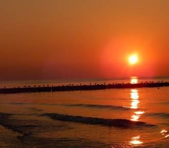 Wieczorny spacer brzegiem morza i malowniczy zachód słońca w Ustce