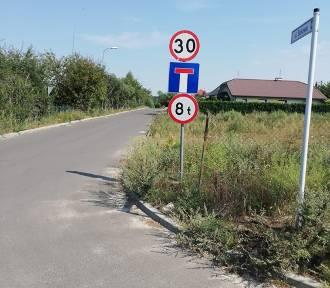 Syców: Absurd drogowy na ulicy Bukowej w Wiosce. Czy ktoś tu jest uprzywilejowany?