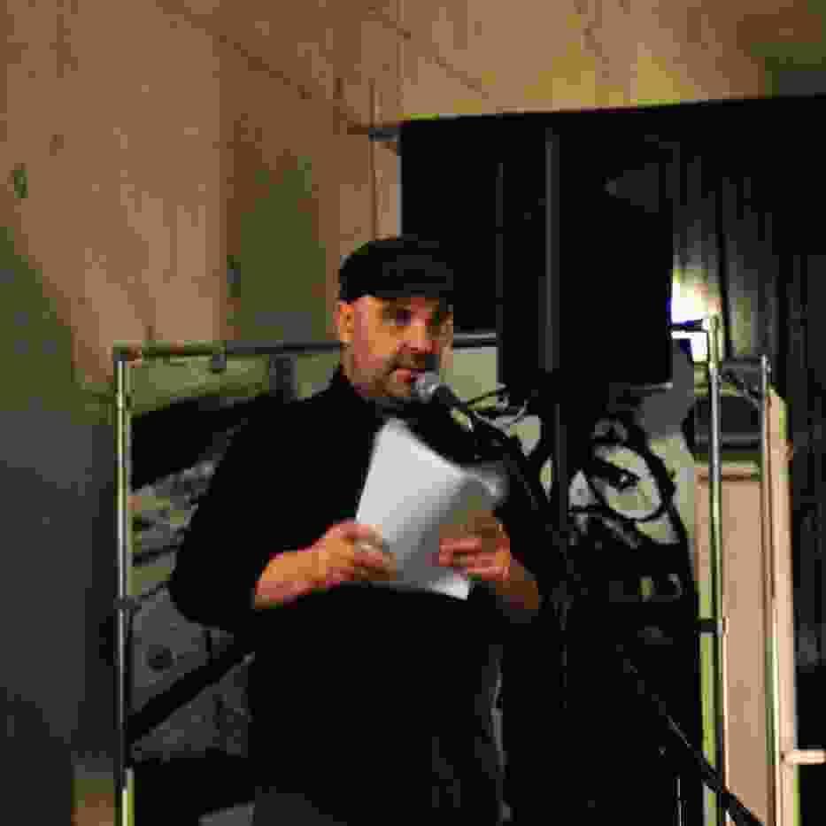Edward Pasewicz czytający wiersze swojego autorstwa