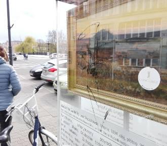 Wandale niszczą reprodukcje obrazów Wyczółkowskiego w Bydgoszczy