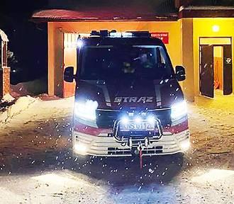 Nocą auto wpadło w zaspę na drodze krajowej nr 75. Kierowcę uwalniali strażacy
