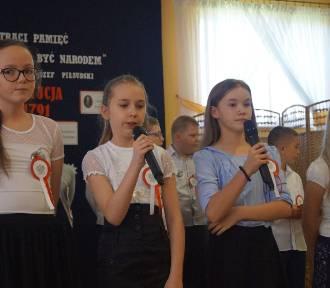 KOBYLIN: W Smolicach uczniowie już świetują rocznicę uchwalenia Konstytucji 3 Maja [ZDJĘCIA]