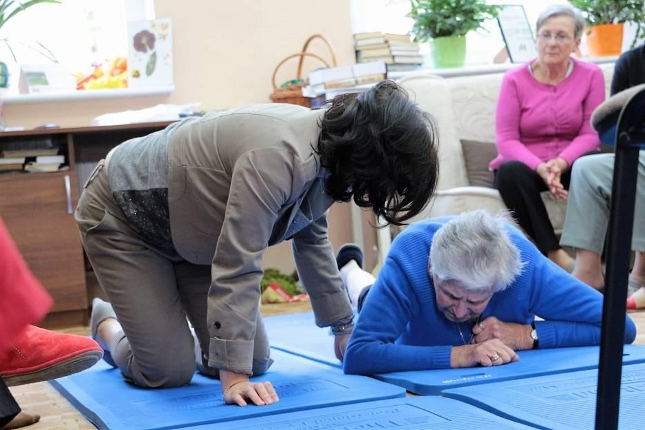 Czy umiemy wstać, kiedy upadniemy na ulicy lub w domu? Podopieczni Senior-Wigor uczą się wstawania