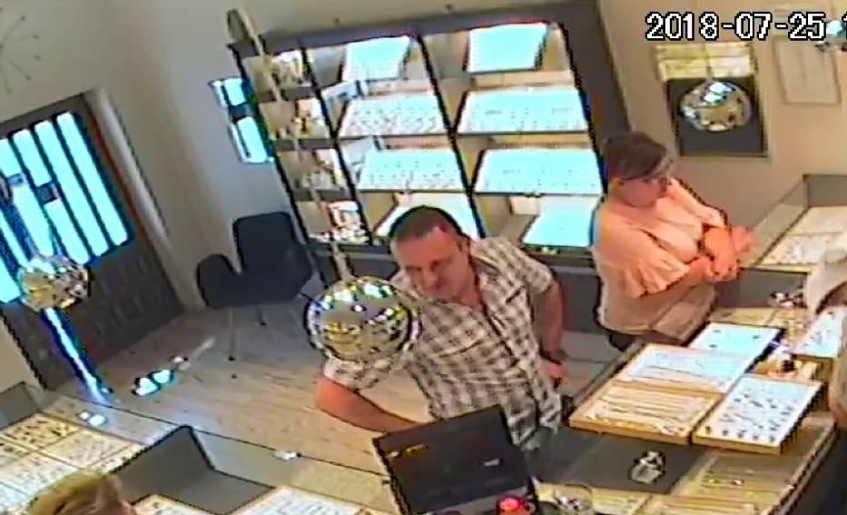 Okradli jubilera. Policja udostępniła nagranie z monitoringu i prosi o pomoc w rozpoznaniu złodziei