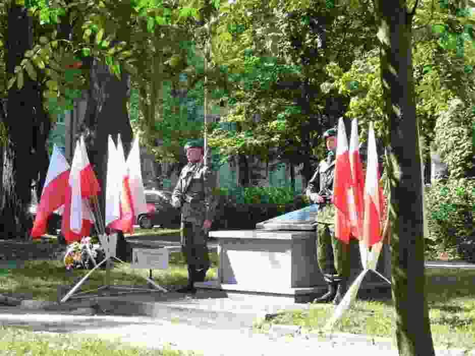 Pomnik partyzantów znajduje się na skwerze między Teatrem w Budowie a hotelem Mercure