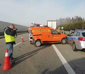 Radiowóz policyjny uszkodzony na trasie S8. Najechał na niego inny pojazd [ZDJĘCIA]