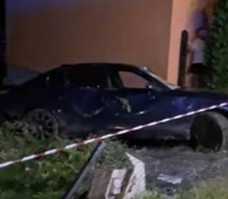 BMW dachowało i uderzyło w dom. Kierowca jechał za szybko [ZDJĘCIA]