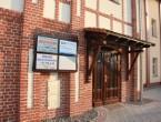 """Wejście do budynku Starej Gazowni, w której mieści się redakcja """"Gazety Sycowskiej"""" i biuro ogłoszeń"""