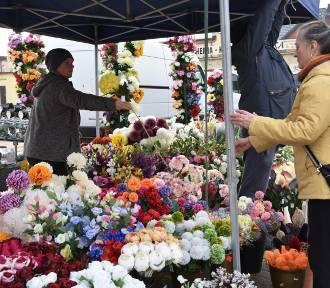 Znicze i kwiaty – towar poszukiwany. Widać to na targowisku w Koronowie [zdjęcia]