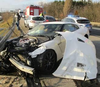 47-latek jadący nissanem podczas wyprzedzania staranował kilka pojazdów [zdjęcia]