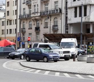"""Mistrzowie Parkowania cz. 37. Kreatywność tych """"kierowców"""" nie zna granic [ZDJĘCIA]"""