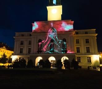 Mapping na elewacji ratusza w Kaliszu dla uczczenia 101. rocznicy Bitwy Warszawskiej