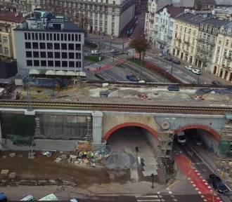 Postępują prace na budowie estakad kolejowych w rejonie Hali Targowej [ZDJĘCIA]