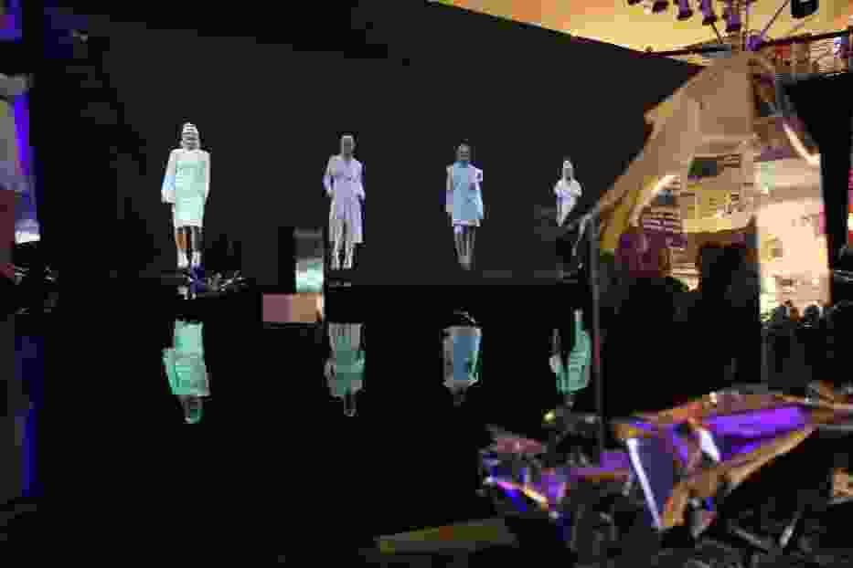 Holograficzne modelki można było zobaczyć na specjalnej siatce
