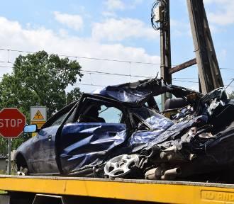 Wypadek w Piasku: Pociąg zderzył się z osobówką na przejeździe kolejowym [ZDJĘCIA]. Audi wjechało