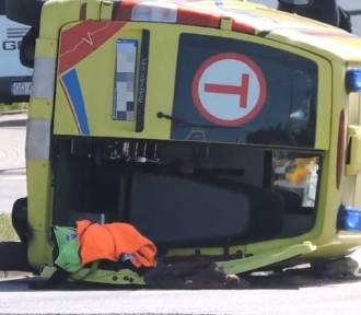 W Gdańsku karetka zderzyła się z fiatem. Trzy osoby ranne