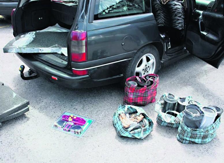 Policjanci odnaleźli zrabowane płyty i wazony