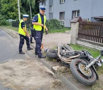 Motocyklista uderzył w ogrodzenie posesji. Jest nieprzytomny, trafił do szpitala