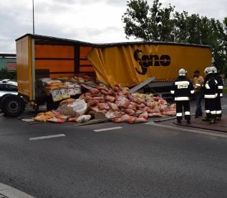Ciężarówka zablokowała rondo w Głuchowie