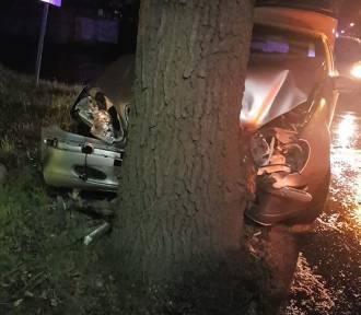 Wypadek w Węglińcu. Auto zmiażdżone na drzewie! [ZDJĘCIA]
