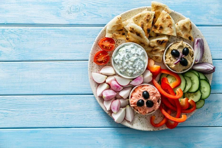Greckie tapas z warzywami i chlebkiem pita