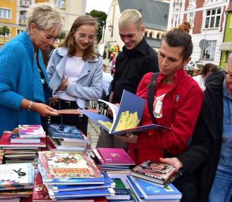 Człuchów. Narodowe Czytanie 2019. Polskie nowele zabrzmiały na rynku miejskim ZDJĘCIA WIDEO