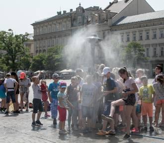 Przez Polskę przejdzie ciepły front atmosferyczny. W całym kraju możliwe burze z gradem