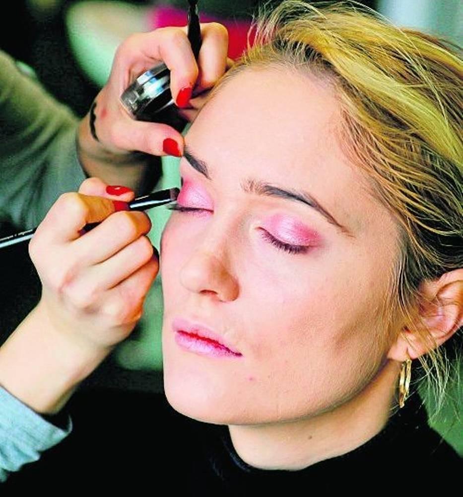 Przygotowania do perfekcyjnego makijażu zacznijmy dzień wcześniej od położenia nawilżającej maski (pewnej, by uniknąć reakcji alergicznych)