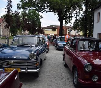 """W Pruszczu na starcie """"Rajdu za Dychę"""" stanęło blisko 30 samochodów. Było co oglądać!"""