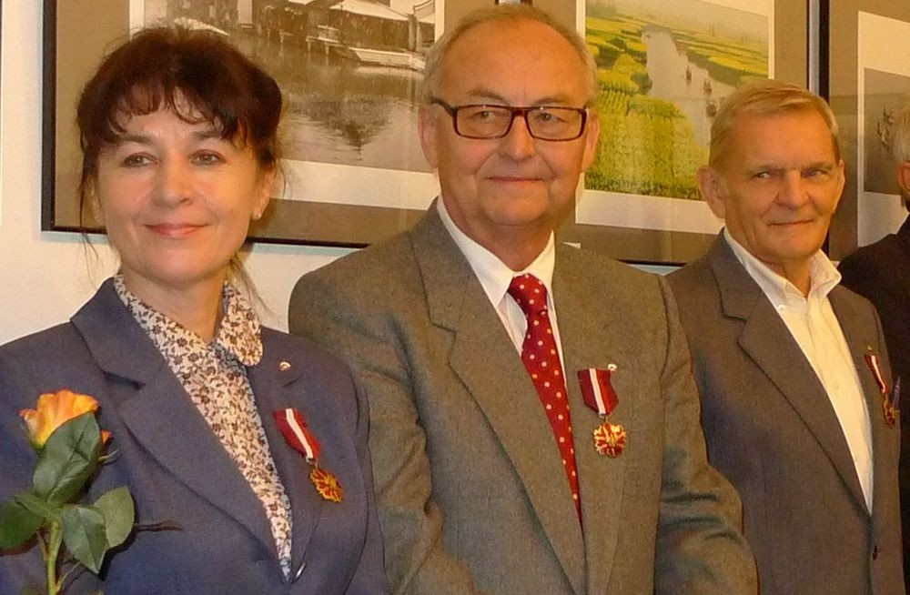 """Karol Walaszczyk (w środku) z medalem """"Zasłużony Kulturze"""""""