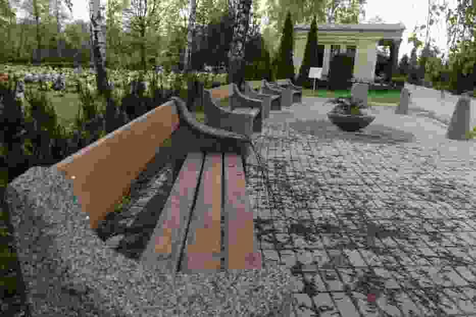Ławeczki na cmentarzu