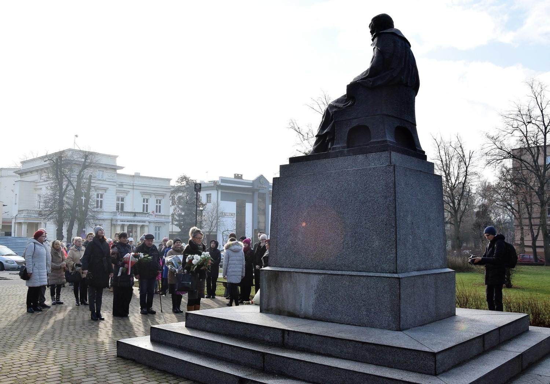 Kwiaty pod pomnikiem Jana Kasprowicza w Inowrocławiu. W 158. rocznicę urodzin poety