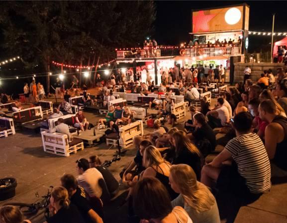 """Heineken w najbliższy piątek (29.07) i sobotę (30.07) będzie hucznie świętować siódme urodziny Cudu nad Wisłą. Podczas tego wyjątkowego wydarzenia wystąpią niezwykłe gwiazdy – Mike Skinner oraz Mary Komasa. Jest to jedyna wakacyjna impreza z cyklu """"Heineken City Nights"""", podczas której odbędą się dwa niepowtarzalne koncerty.  29 i 30 lipca, godz. 21, Cud nad Wisłą, Bulwar Flotylli Wiślanej, wstęp wolny."""