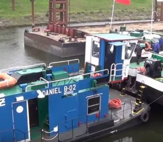 W Brdyujściu zacumowała 50-metrowa barka z kontenerami [wideo]