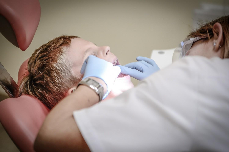 Zaufany stomatolog? Zastanawiasz się do dentysty się udać na wizytę? Zazwyczaj o poradę w kwestii polecenia lekarza pytamy znajomych