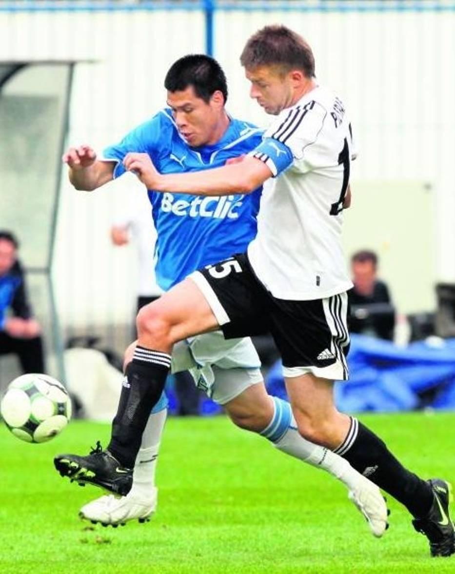 Hernan Rengifo (w niebieskiej koszulce) zdobył wyrównującego gola