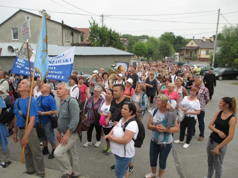 197 pielgrzymkę do Sulisławic rozpoczęła msza święta odprawiona w kościele pod wezwaniem świętego Bartłomieja w Staszowie