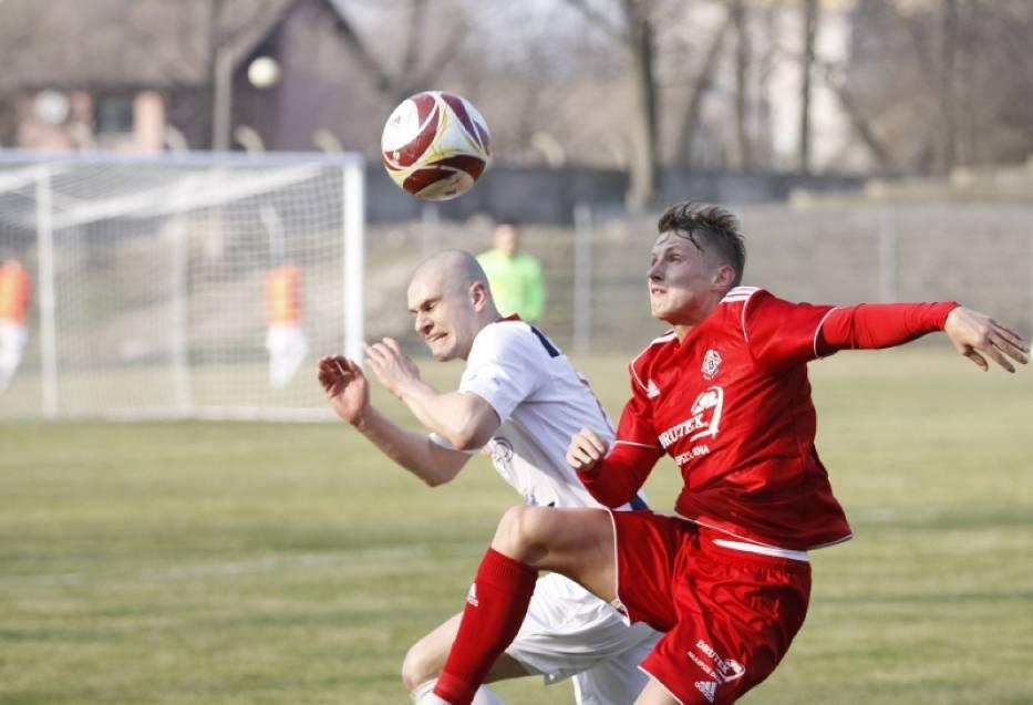 Tomasz Wawrzyniak (z lewej) znany jest ze swojej waleczności. Bez pełnego zaangażowania jego oraz kolegów z drużyny pokonanie Zagłębia Sosnowiec będzie bardzo trudne.