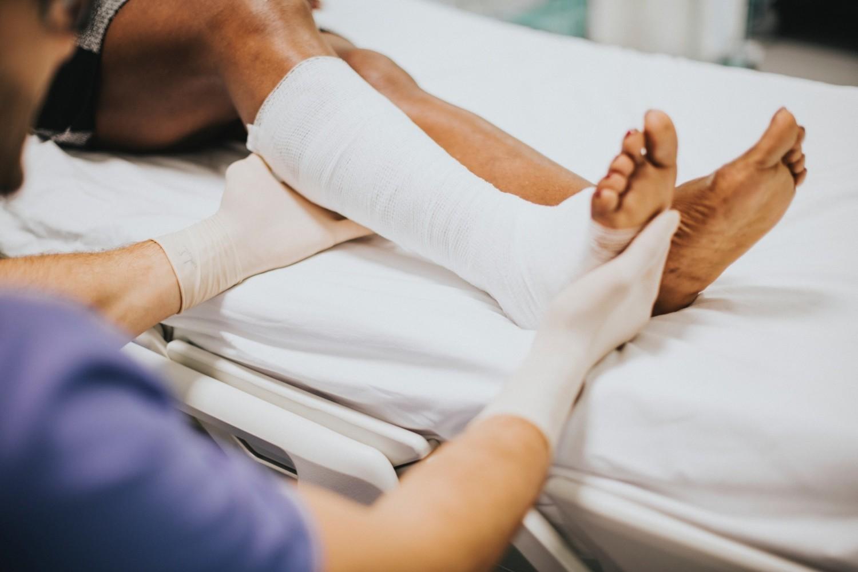 ChirurgWyłączając sytuację awaryjne, czyli skręcenie, złamanie i inne urazy mechaniczne, które wymagają konsultacji chirurga, na wizytę u tego specjalisty mogą się zapisać tylko pacjenci, którzy posiadają ważne skierowanie do chirurga