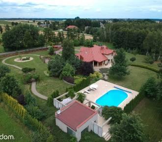 Luksusowe domy na sprzedaż w Łódzkiem. W niektórych znajdziecie baseny ZDJĘCIA