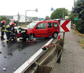 Kolejny, poniedziałkowy wypadek w naszym powiecie. Tym razem auto uderzyło w barierki na DK5 w
