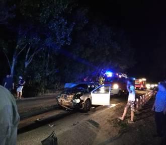 Wypadek w Chałupach (11.07.2018). Nocna stłuczka przed przejściem dla pieszych niedaleko pola