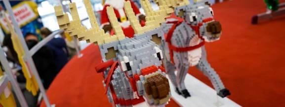 """Spotkanie ze św. Mikołajem, przedstawienie teatralne dla dzieci """"W poszukiwaniu Św. Mikołaja"""", stanowiska do budowania z Lego, upominki dla dzieci i mnóstwo dobrej zabawy - to będzie czekać na wszystkie dzieci, które przyjdą w niedzielę 9 grudnia na ursynowskie Mikołajki z klockami Lego. Wstęp wolny.  [b]9 grudnia, niedziela,  godz. 11-16, Arena Ursynów, ul. Pileckiego 122[/b]"""