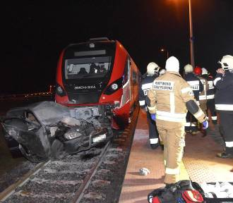 Wypadek na przejeździe kolejowym. Samochód osobowy wjechał pod pociąg