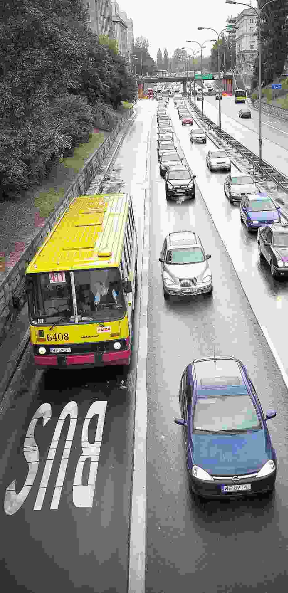 Typowy obrazek: wolny buspas i sznur aut na pasach obok