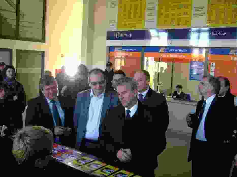 Minister infrastruktury Cezary Grabarczyk zwiedza nowy budynek dworca