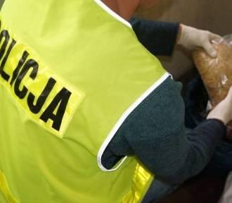 Mieszkańcy Żor i Rybnika wpadli w Jastrzębiu z kontrabandą. W aucie nielegalny tytoń, w domu narkotyki