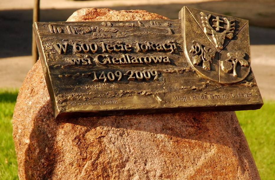 Obelisk i tablica upamiętniająca jubileusz 600-lecia miejscowości