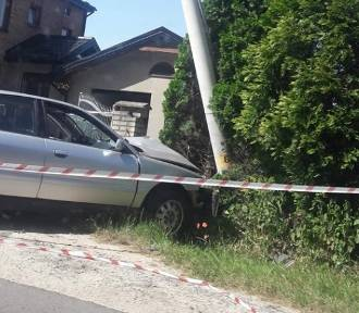 """Samochód """"skosił"""" latarnię w Zimnodole koło Olkusza"""
